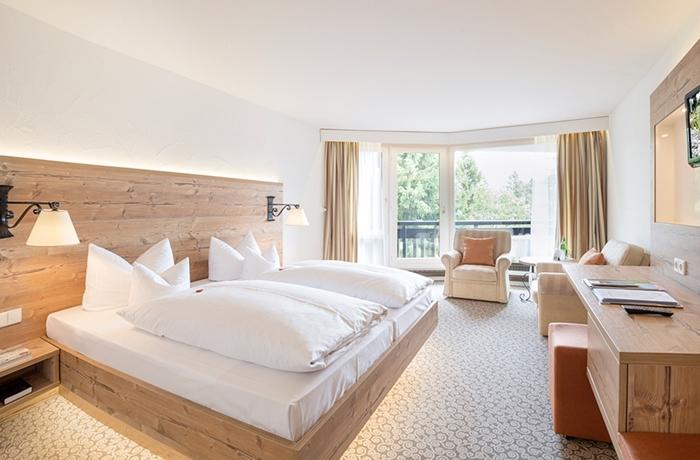 Die Zimmer und Suiten im Hotel 4 Jahreszeiten am Schluchsee punkten mit viel Gemütlichkeit.